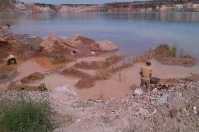 Des exploitants artisanaux d'or dans une carrière abandonnée à Kolwezi.