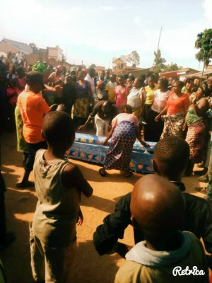 Dans un quartier de Beni, la population manipule un corps d'une victime d'Ebola après une altercation avec une équipe d'enterrement digne et sécurité (EDS)