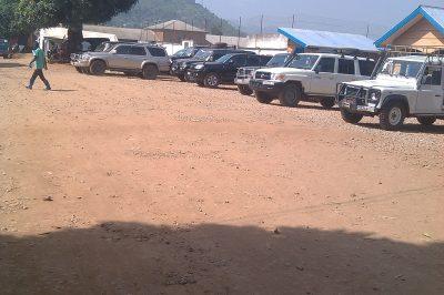 Des véhicules stationnés devant les locaux de la sous coordination de la riposte à Beni (Nord-Kivu, RDC). Un véhicule est loué entre 80 et 150$ par jours même si ils passent la majeure partie de la journée au parking. ©Crédit photo : Hervé Mukulu
