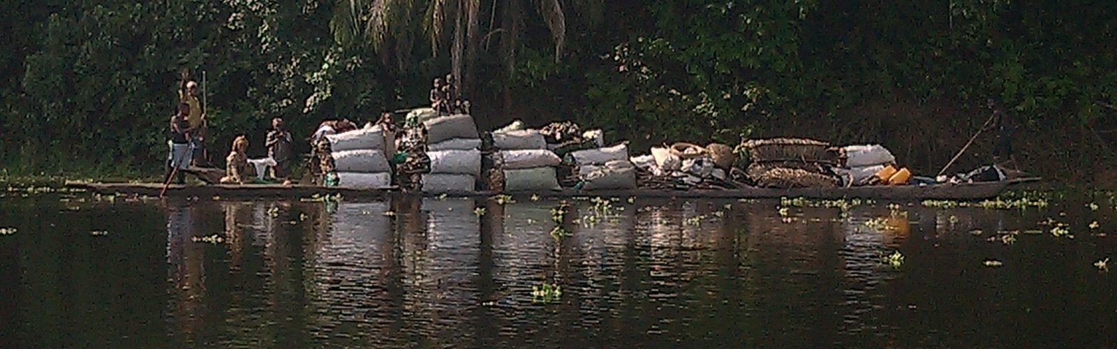 Transport des sacs de Makala sur pirogue sur la rivière Tshopho pour alimenter la ville de Kisangani, province de la Tshopo, RD Congo © Hervé Mukulu