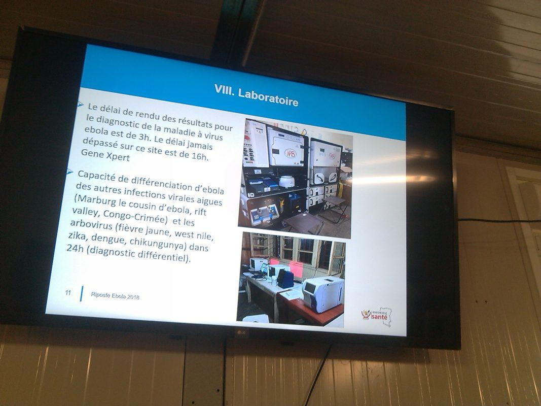 Image d'un laboratoire d'analyse du virus Ebola en projection © Hervé Mukulu