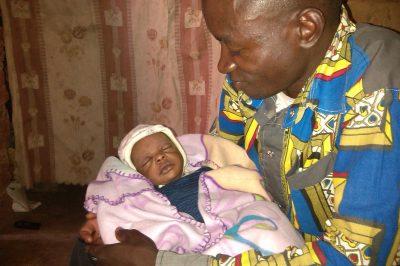 Jean Simba berce sa fille une semaine après sa naissance, à Kolwezi, province de Lualaba , RD Congo, 2016 © Hervé Mukulu