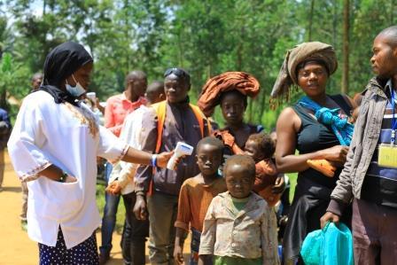 Prélèvement de la température d'enfants au point d'entrée et de sortie de la cité de Mangina, à 30 Km, de la ville de Beni, Nord-Kivu, RD Congo. © K.M.