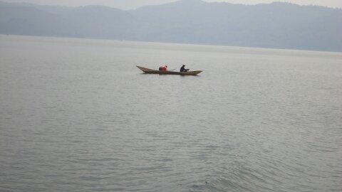 Des pécheurs sur les eaux du lac Kivu, Nord-Kivu en RD Congo. ©Hervé Mukulu