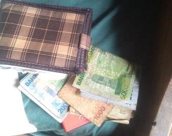 Ce matin-là, le dernier jour de mon séjour à Rugetsi quand je vide mes poches, je n'y trouve que des shillings qu'il me faut rechanger en Franc congolais avant de regagner la ville de Beni à près de 40 km.